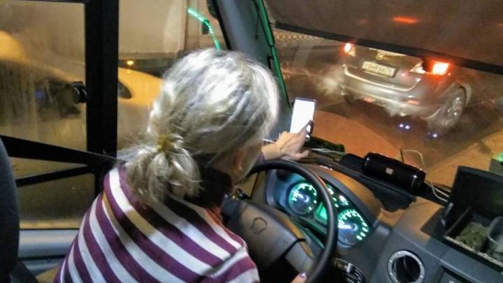 Чатик не ждёт: для водителей маршруток телефонная болтовня важнее безопасности