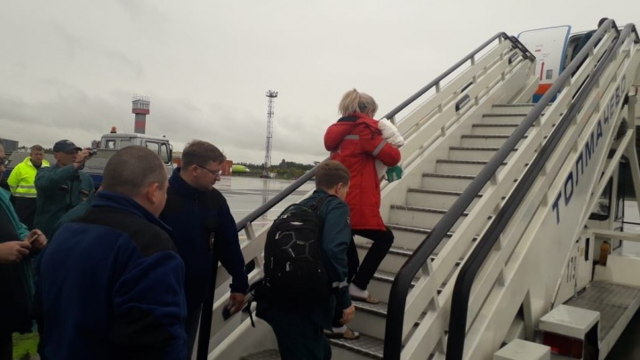 Месячную девочку отправили на лечение в Москву самолётом МЧС