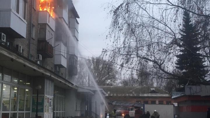 Языки пламени вырвались наружу: в уфимской многоэтажке вспыхнула квартира