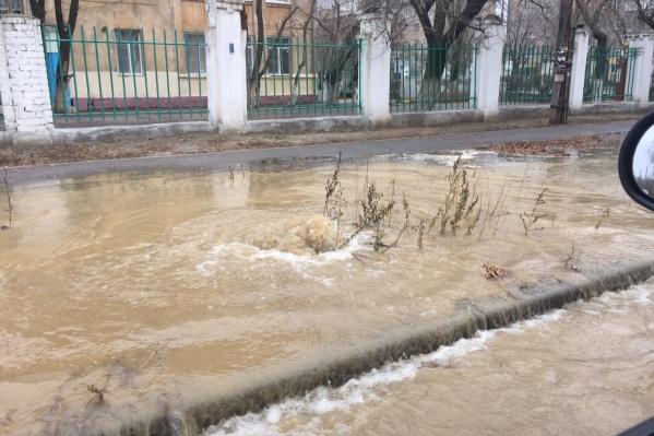 Фонтан из люка забил на улице Ополченской