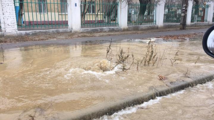 Из люка забил фонтан: на севере Волгограда устраняют порыв на водоводе