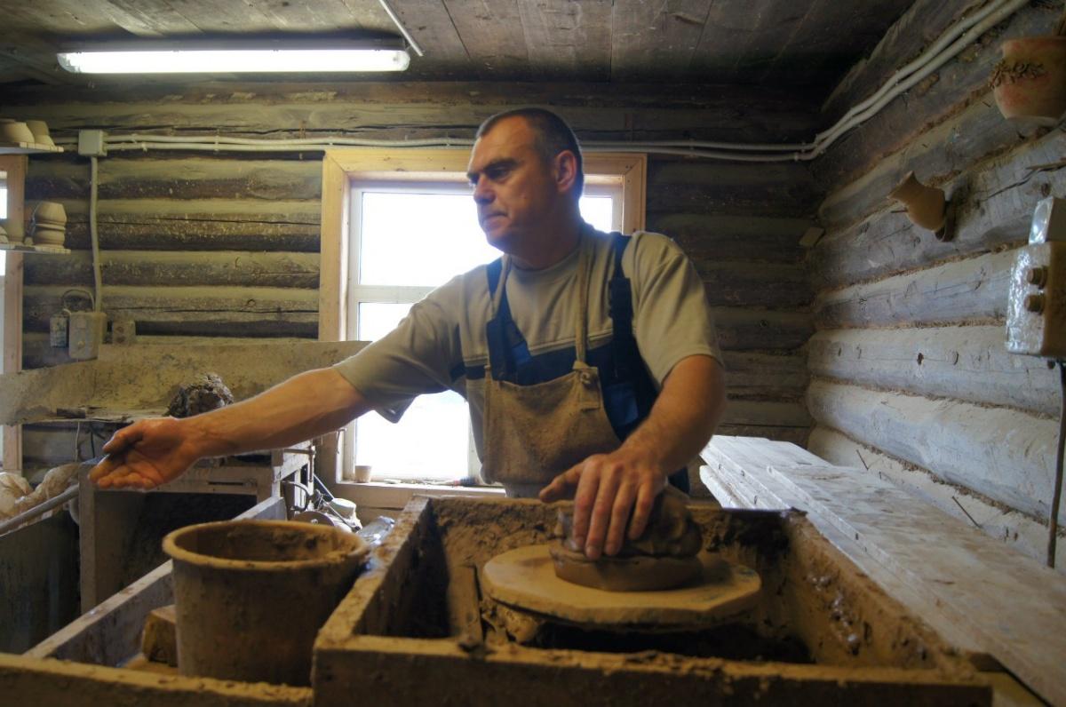 Один из известнейших гончаров Свердловской области Сергей Масликов за работой