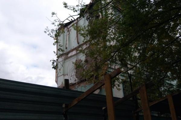 На прошлой неделе возле здания очевидцы заметили забор