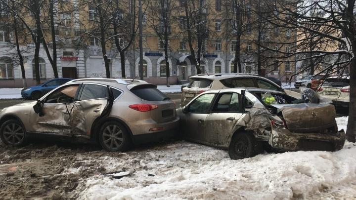 Момент аварии попал на видео: водитель «Инфинити» убил припаркованный «Рено» в центре