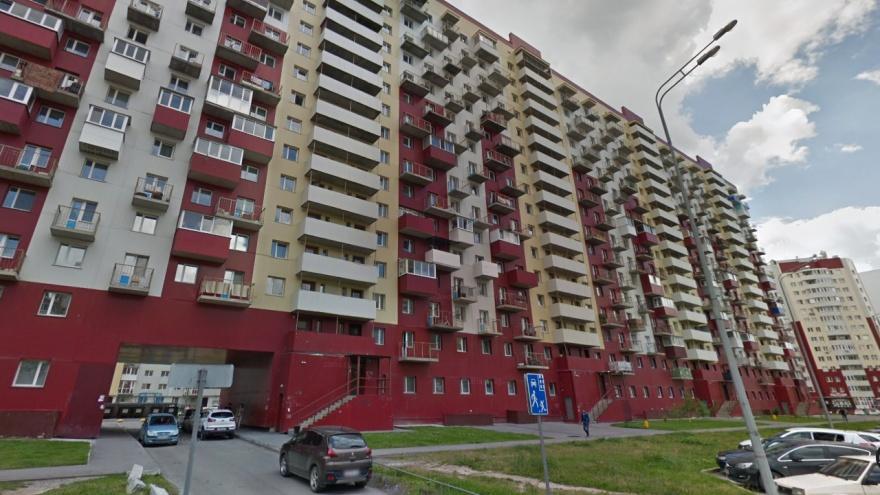 Тюменцы вызвали полицию, увидев на запертом балконе высотки плачущую девочку