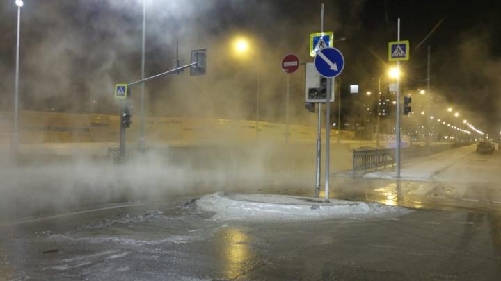 В Академическом из-за прорыва канализации затопило дорогу и тротуар