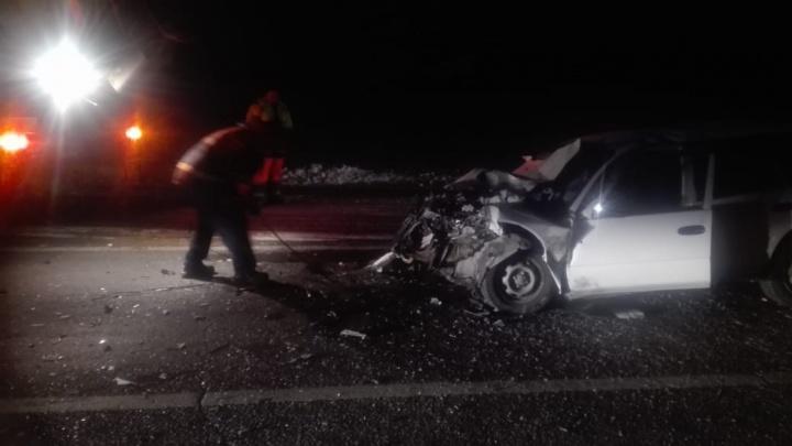 Подросток и двое взрослых погибли на трассе при столкновении иномарки с КАМАЗом