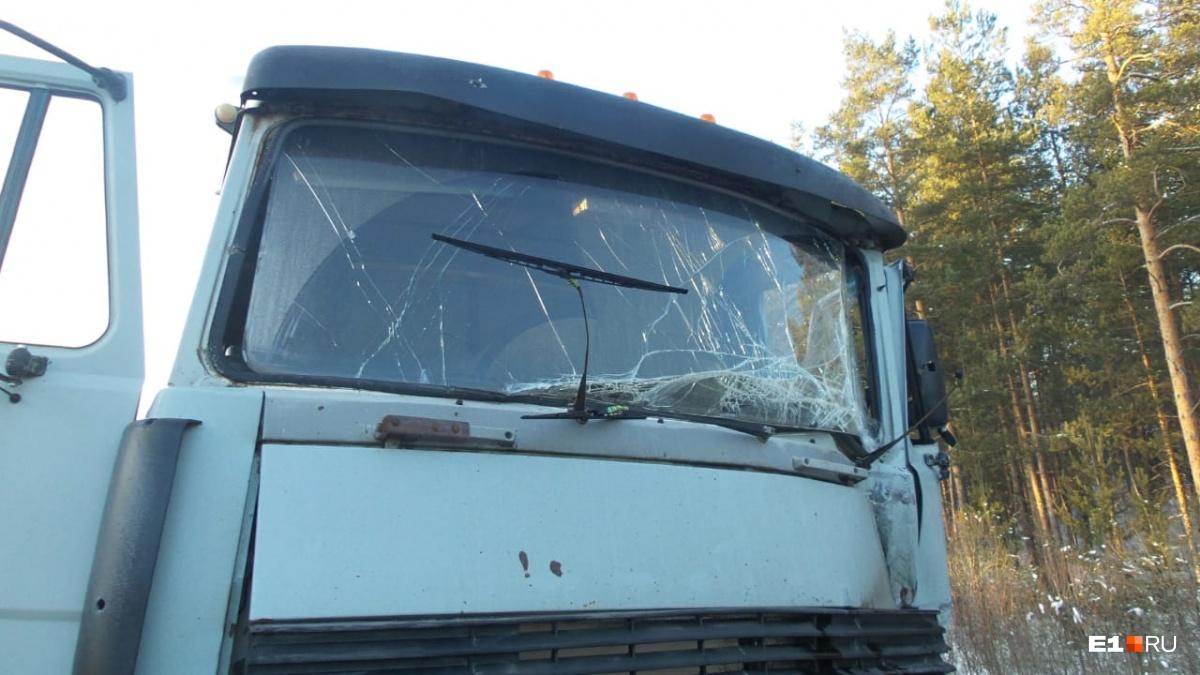 Погибший водитель находился в кабине этого грузовика