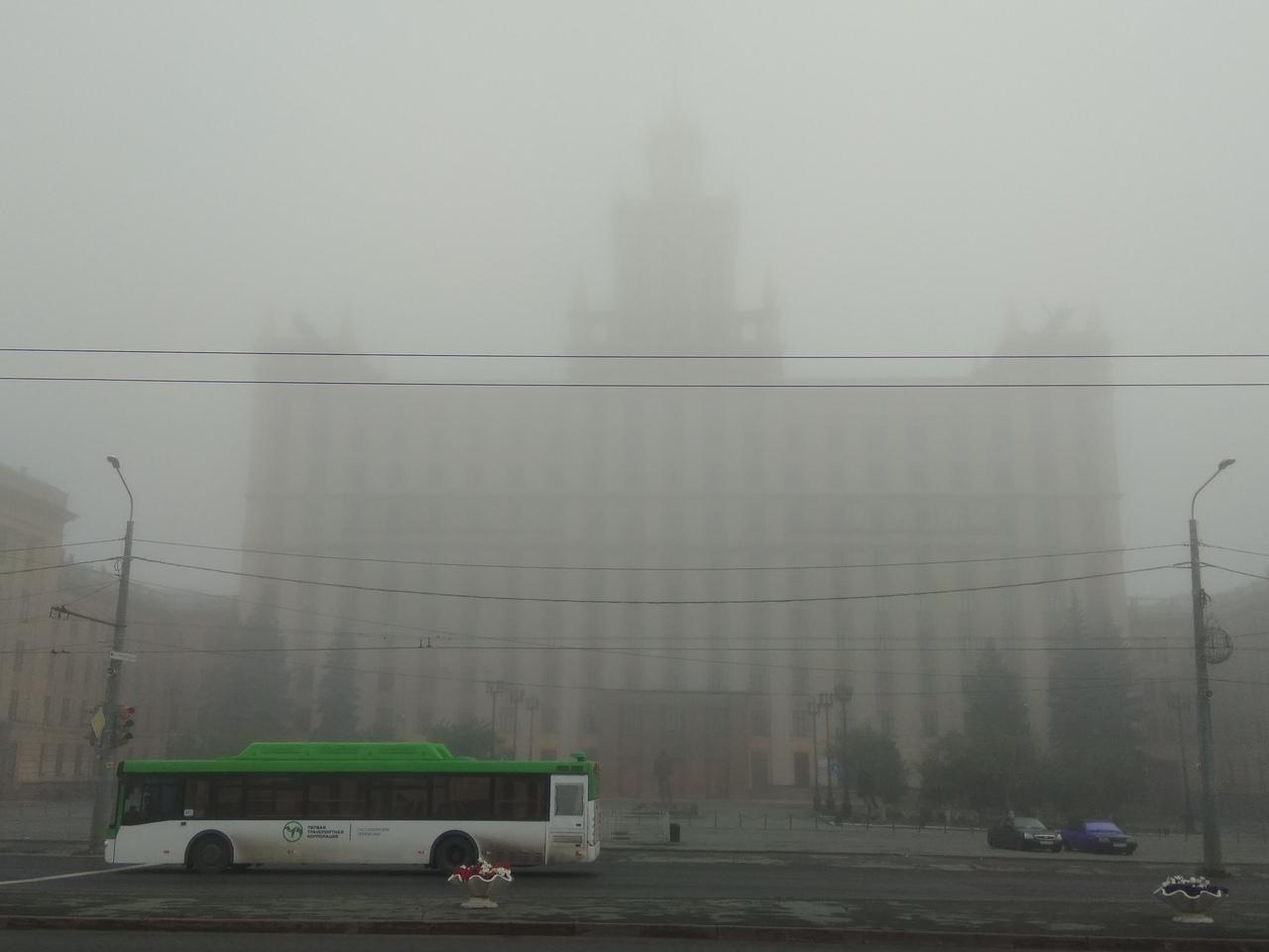 Густой туман утром окутал весь город