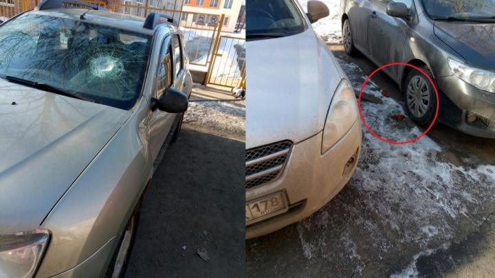 Во дворе дома в Рыбинске припаркованные машины закидали кирпичами