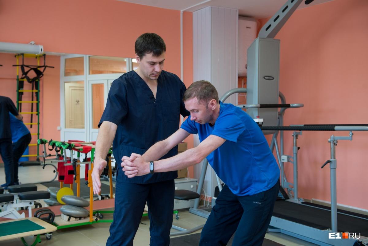 С инструктором-методистом по адаптивной и лечебной физической культуре Александром Козловым