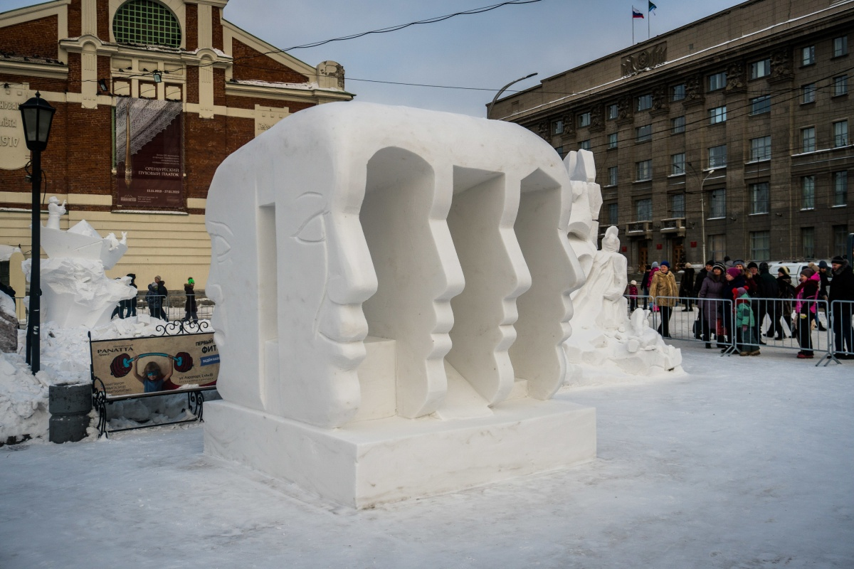 В этом году расположение скульптур изменилось: они установлены между краеведческим музеем и фонтаном в Первомайском сквере