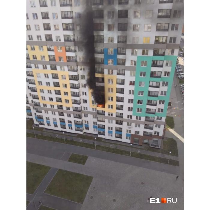 «Был сильный хлопок»: в Академическом загорелась квартира на пятом этаже, столб дыма видно из центра