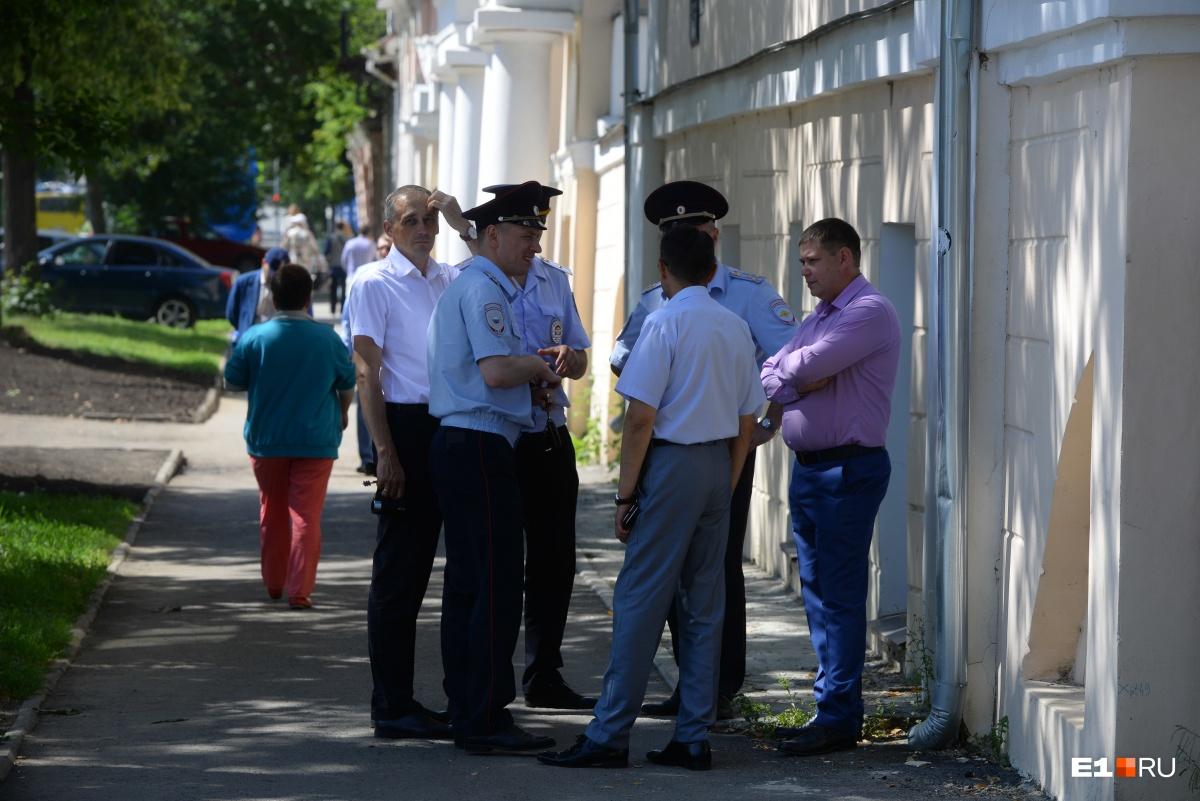 Полиция у мечети в Екатеринбурге, где мусульмане бесплатно кормят жителей города пловом