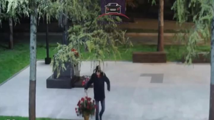 Молодой человек ночью украл корзину с розами от нового памятника у Дворца труда