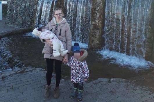 У 24-летней матери —шестимесячный грудничок и трёхлетний ребёнок, с ними она гуляла в парке