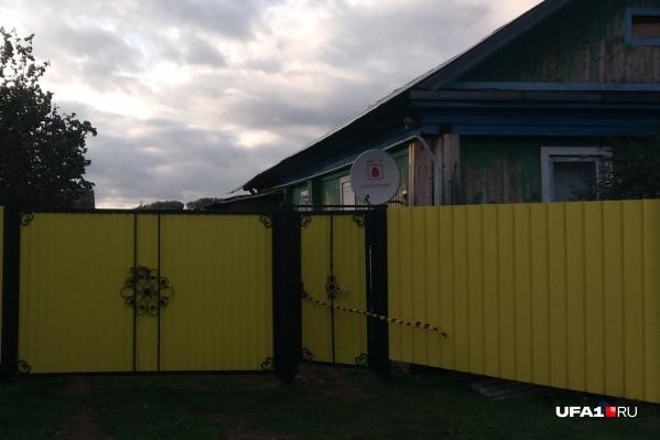 В обшарпанном доме за жизнерадостно-желтым забором происходили трагические события, скрытые от глаз общественности