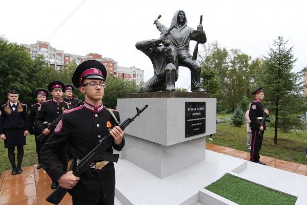 Памятник открыли сразу после торжественной линейки, посвящённой 1 сентября