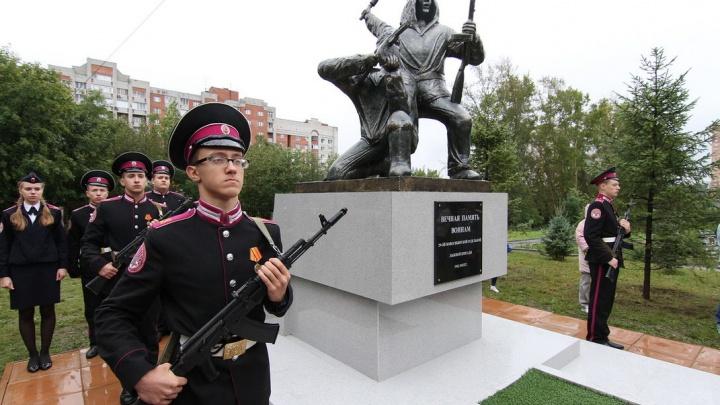 Возле кадетского корпуса открыли памятник двум тысячам погибших бойцов