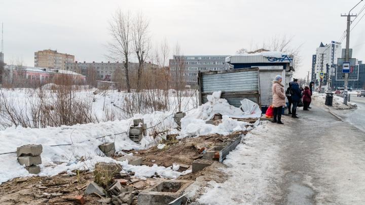 Вид на пустырь: в Перми снесли киоски на остановке у ТРК «Семья»