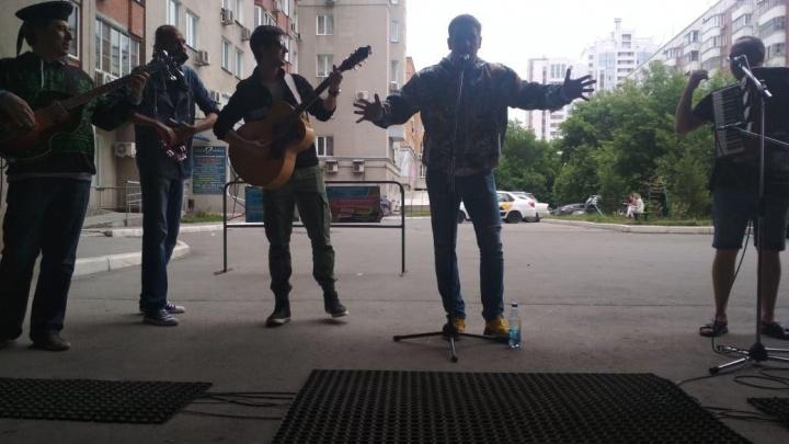 Новосибирские артисты устроили концерт в подворотне, чтобы спасти известного коллегу