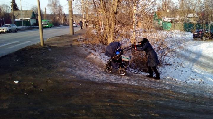 """""""Мы стали альпинистами"""": на окраине Екатеринбурга мамы с колясками научились штурмовать ледяную гору"""