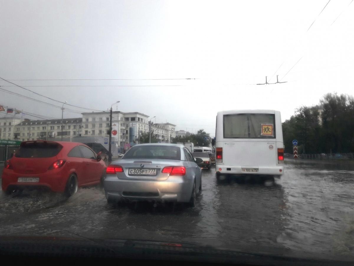 Большая лужа на перекрёстке проспекта Ленина и улицы Артиллерийской