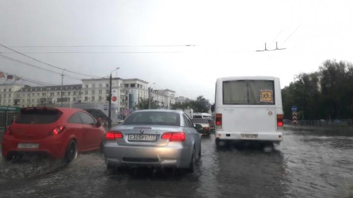 «Ливнёвки не справились»: челябинские дороги затопило во время дождя
