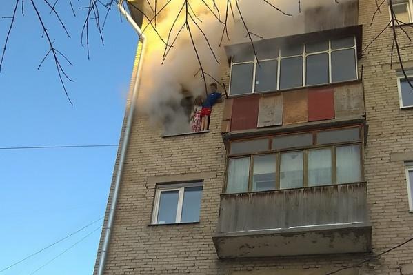 Из окна горящей квартиры выпрыгнули двое детей