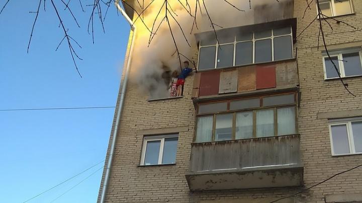 В МЧС назвали причину пожара на Ватутина, из-за которого дети выпрыгнули с четвёртого этажа