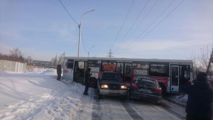 Автобус с пассажирами развернуло поперёк скользкого проспекта Дзержинского