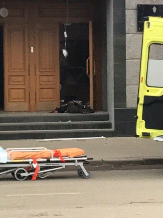 Взрыв у здания ФСБ в Архангельске: полиция перекрыла Троицкий проспект и проверяет прохожих