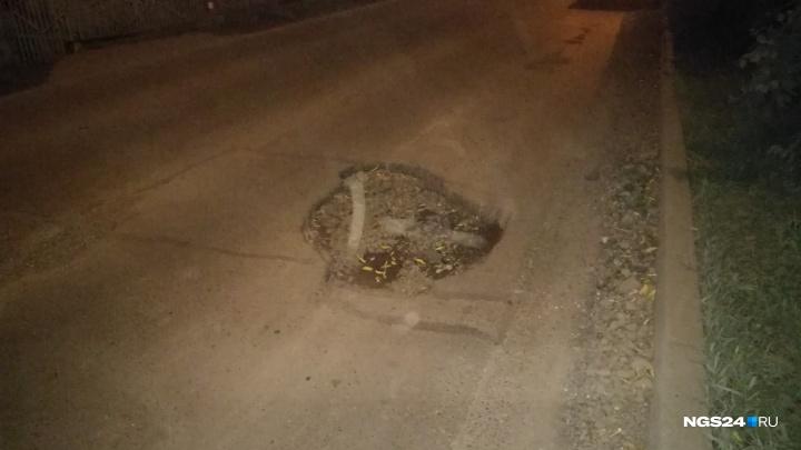 Гигантская яма, незаметная в дождь, образовалась на улице Парашютной