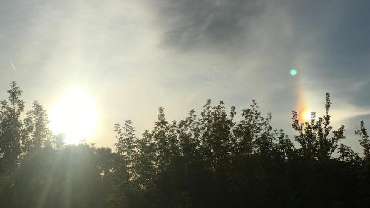 «Впервые вижу два солнца»: екатеринбуржцев удивило гало с радугой