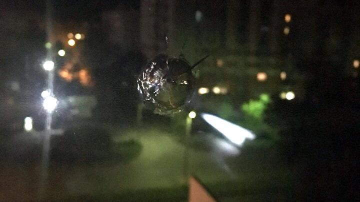 Ночью в квартире омички прострелили окно