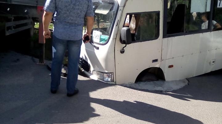 В Таганроге маршрутка провалилась под землю