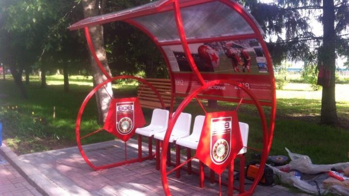 Болей за наших: в уфимском парке установили футбольную скамейку
