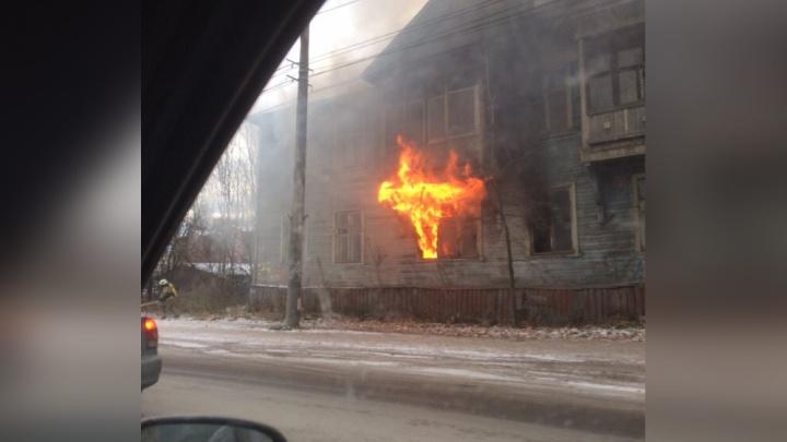 «Эвакуировали двух человек»: в центре Архангельска сегодня горели две расселённые деревяшки