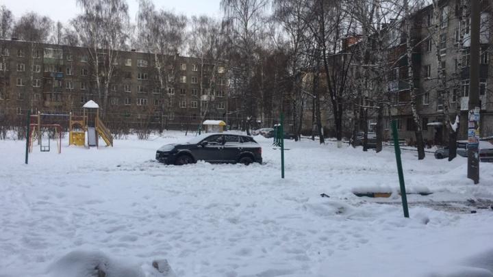 Короли парковки. Забытая машинка на детской площадке иMercedes поперек тротуара