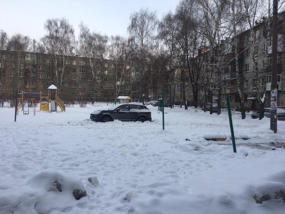 Снимок автохама на детской площадке опубликовали местные жители