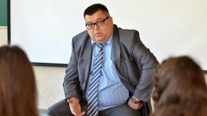 Омский чиновник заявил, что сосед угрожал ему расправой из-за надписи на иномарке