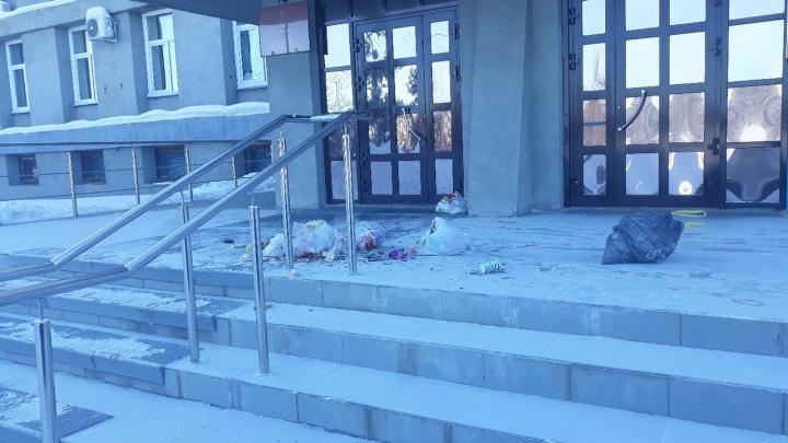 Разгневанные жители засыпали крыльцо администрации в Лесосибирске мусором