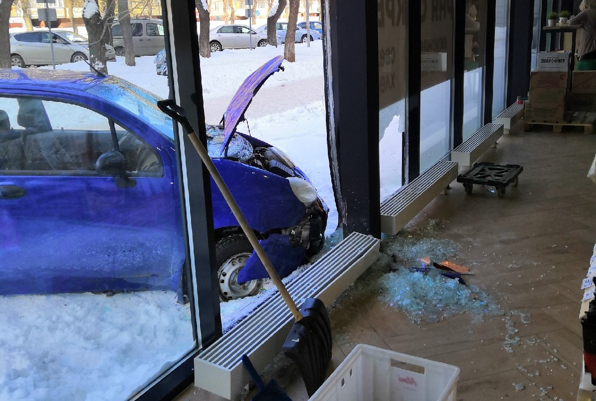 Мальчишка на легковушке влетел в магазин и по дороге сбил пешехода