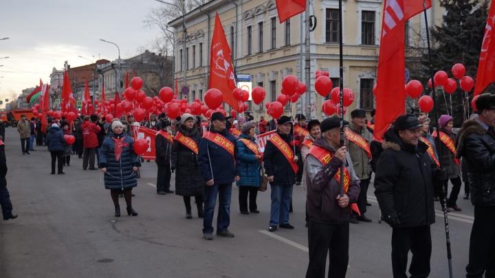 Две сотни горожан вместе с дольщиками прошлись по перекрытому центру в честь 100-летия революции