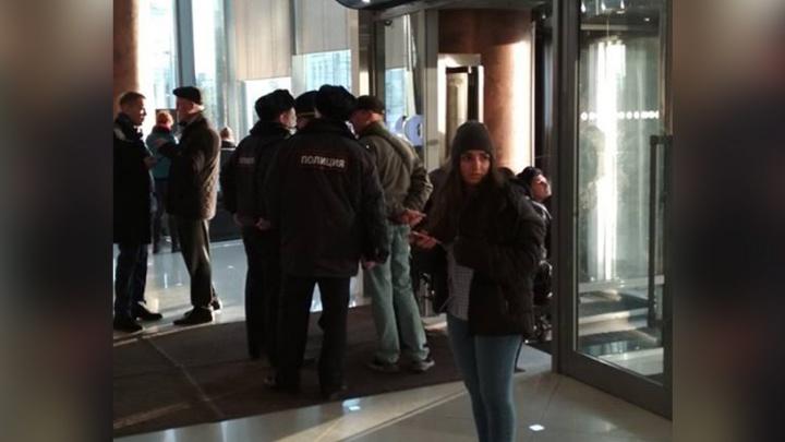 «Снимают отпечатки на дверях»: в «Высоцком» работают полиция и ОМОН