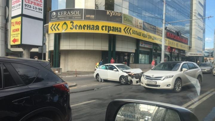 Очевидцы: у ТЦ «Скала» в Самаре иномарка столкнулась с «Ладой-Приорой»