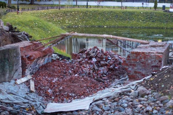 На реставрацию исторического мостика в Карякинском парке из бюджета потратили три миллиона рублей