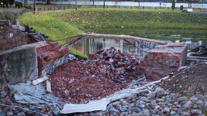 В Рыбинском парке, где ничего нельзя, развалился мостик за три миллиона рублей