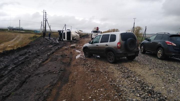 «Тут нужен вертолет»: 11 школьников в Башкирии не ходят в школу из-за размытой дороги