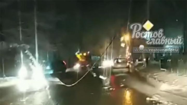 «Дымит и искрится»: в Ростове оголенный провод упал на проезжую часть